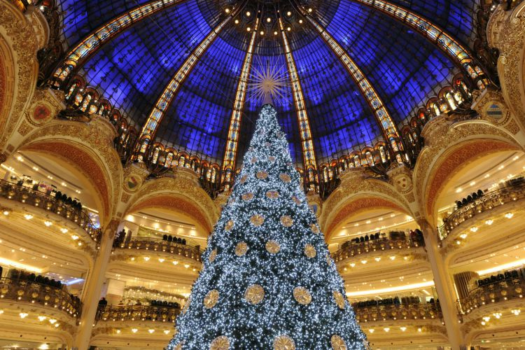 年末のお祝いのパリのマジカルな雰囲気